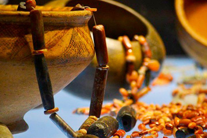 Cuencos-en-ceramica-y-barro-–-Variedad-de-Collares-en-pedreria-de-las-mujeres-Tayrona