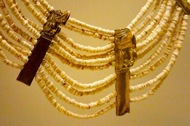 Detalle-–-Collar-en-pedreria-madera-y-oro