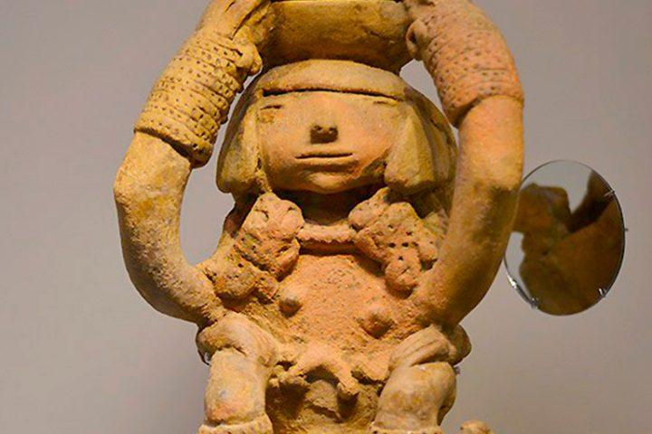 Hermosa-Mujer-Tayrona-con-peinado-y-adornos-tradicionales-llevando-a-su-hijo-en-la-espalda
