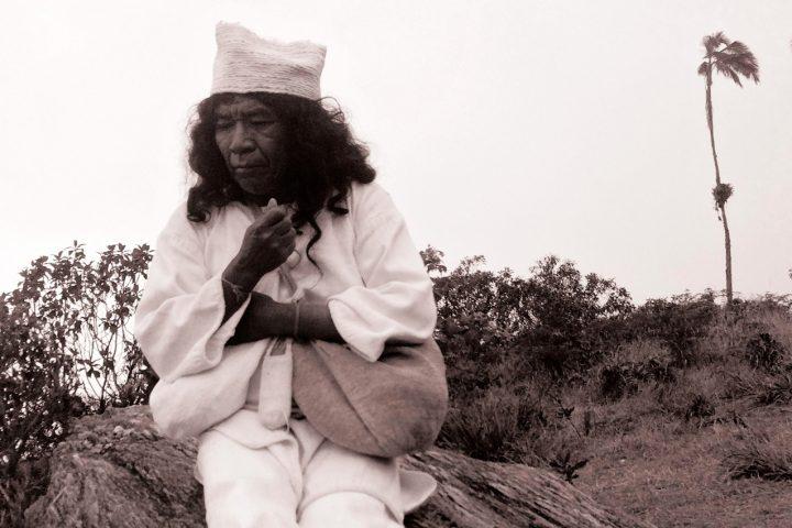 Mama-Arhuaco-Pagando-y-Agradeciendo-a-Seinekan-(Tierra-Negra-de-Abundancia)