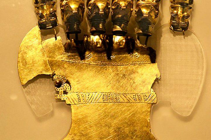 Seis-Sacerdotes-Murcielago-montados-en-aves-viajando-por-el-Cosmos-–-Pechera-Ceremonial-en-Oro-–