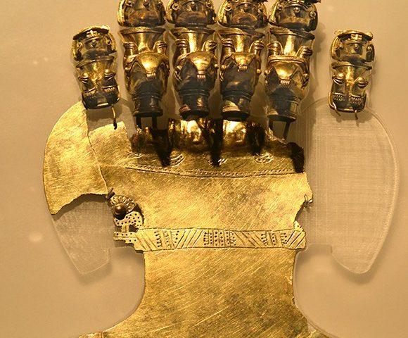 Seis Sacerdotes Murcielago montados en aves viajando por el Cosmos – Pechera Ceremonial en Oro –